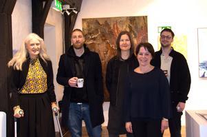 Några av konstnärerna i samlingsutställningen: fr v Ulla-Carin Winter, Erik LIndström, Ingela Hamrin, Eeva-Liisa Holappa Jonsson och Christoffer Svensson. I Bakgrunden utställningens mest storskaliga verk,