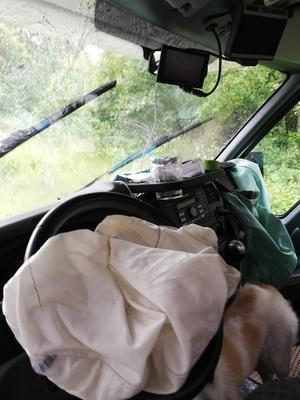 När blixten slog ned i närheten av bilen krossades husbilens framruta och krockkuddarna utlöstes.