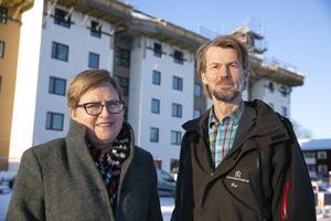 Elisabet Nises-Look och Petter Börjesson berättar att företagets hyresgäster kan känna sig stolta eftersom de själva bidrar genom att hyra av ett bolag som jobbar för hållbar utveckling.