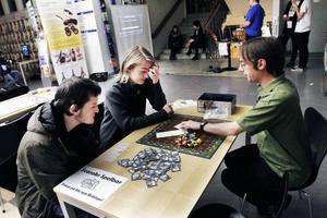 Markus Hedblom, Adam Lundström och Magnus Leander provade på att spela sällskapsspelet