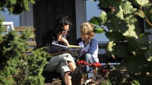 Trenden med att föräldrar läser allt mindre för sina barn verkar vara vända, enligt en ny undersökning. Arkivbild.Foto: Hasse Holmberg/TT