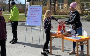 Lokala företag sponsrade med varor till ett lotteri.