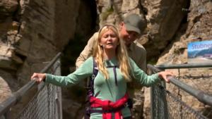 Emelie Åström stöttas av Jimmy Olofsson. Foto: Skärmdump TV4