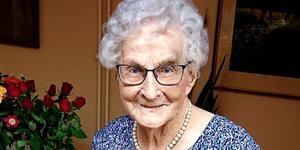 Krutgumman Agnes Boström i Älandsbro har fyllt 107 år. Servicehuset i Älandsbro var fyllt av många uppvaktande släktingar och vänner vid födelsedagen i söndags. Foto: Uno Gradin