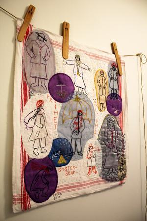 I hallen hänger ett av Lottas verk skapat av bland annat en gammal linnehandduk.