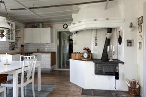 Kök med gammal charmig vedspis. Foto: Utsikten Foto