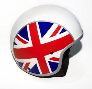 Bildtext 4: Europeiskt från Vespa: Vespa Europahjälmen. En retrohjälm från Vespa som finns i fyra utföranden: Spanskt, franskt, italienskt och, som här, brittiskt. Den ser ut som en racinghjälm från 1960-talet och är godkänd för mc. Cirkapris: 1 285 kronor.