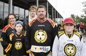 Det är ingen tvekan om vilket lag familjen Lundström , Camilla, Timmy, Jesper, Stefan och Milton hejar på. – 3-1 till Brynäs, tippade Stefan Sundström före matchen.