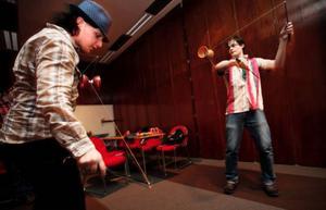 Oscar Hammar och Jonas Jonsson i The Bomb från Strömsund värmer upp genom att jonglera med diabolo.Några har precis gått av scenen, andra väntar på att få gå på. Sebastian Mellergård och Niklas Bolinder från Görda pustar ut efter sitt framträdande, killarna i The Bomb är klara för spelning.