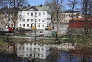 Bredvid Västerås stifts kansli vid Svartån pågår förberedelser för byggandet av nytt kontor. Istället borde ett besökscenter byggas, tycker skribenten.