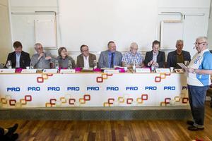 Fullmäktigepartier mötte pensionärer i en paneldebatt under måndagen.