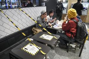 Många företag har drabbat hårt av coronakrisen, inte minst restauranger och matställen som måste begränsa antalet gäster och öppettider. Foto: Fredrik Sandberg/TT