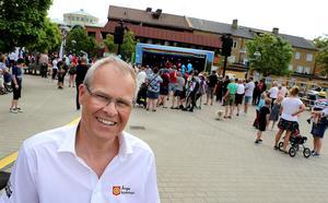 Ånge kommuns kulturchef framför ett torg som hade börjat fyllas på med folk redan när de inledande körerna äntrade scenen.