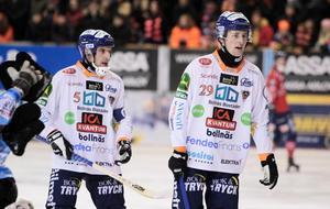 Andreas Westh och Jesper Larsson i annandagsderbyt. En match som fyllde arenan i Edsbyn till bristningsgränsen.