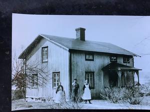 Torpet Usland på 1930-talet. Christina Knutsson berättade om sågverksepoken i Sundsvallstrakten, men också om det gamla torp som fortfarande finns i släkten. Foto: Privat