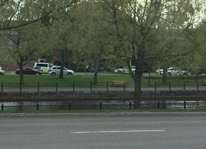 Tre polisbilar och sammanlagt sex poliser fanns på plats i samband med torsdagens kommunfullmäktige i Falun.