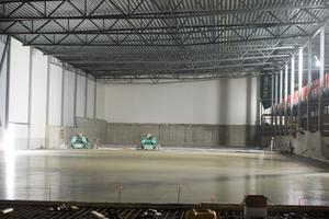 Här gjuter man golvet till en del av anläggningen. Här kommer det att ligga tio stycken badmintonbanor.
