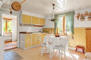 Det omsorgsfullt renoverade köket har både el- och vedspis. Foto: Mäklarringen