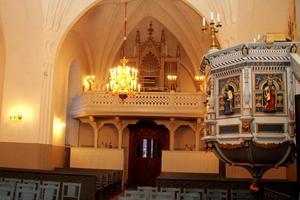 Predikstolen i Harmångers kyrka är tillverkad 1650, den pryds av apostlabilder från ett medeltida, kasserat altarskåp.