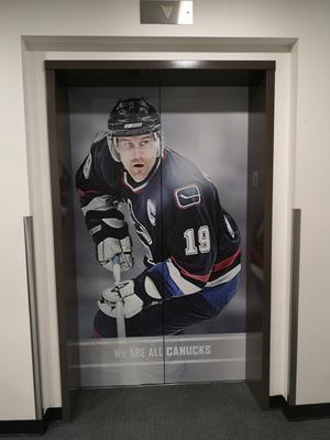 Den gamle Canucks-kaptenen Näslund syns här och var i Rogers Arena.
