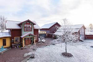 Äkta dalagård med eget stall och betesmark, egen pool, spabad, relaxavdelning och som dessutom har plats för den stora familjen. Foto: HusmanHagberg