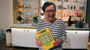 Så här glad var Norbergsbon Inger Wendel när hon skrapat fram miljonvinsten. Foto: Svenska Spel