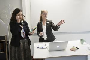 Maria Hjelte informerar Anna Ekström om lektionens upplägg.