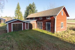 Uthusbyggnad med garage och förråd. Foto: Husfoto/Kim Lill