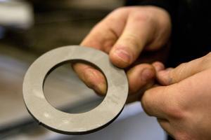 Det tar inte många sekunder att skära ut en stålbit.