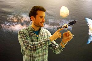 Robin Ramstad med en modell av rymdsonden Mars Express som bär instrumentet ASPERA-3 som mäter hur Mars atmosfär flödar ut i rymden. Bildkälla: Institutet för rymdfysik