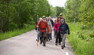 Etappen de går är 19, 7 kilometer. Kristina tycker att det är bra att Köpings kommun, olika församlingar och Västerås stift att det är bra att de förbättrat markeringarna och nu ordnar en stafettvandring.