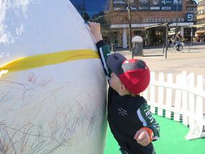 Anton Ahlin tog chansen att måla det gigantiska påskägg som prydde Stortorget.
