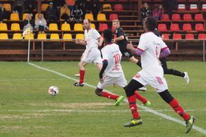 Sveg flyttade upp mot slutet av matchen, här med tränaren Tijs Cornelis De Konig längst bort från kameran.