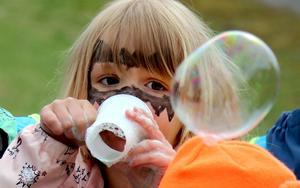 Izabella Andersson höll uppsikt över bubblan som precis lämnat hennes kopp.
