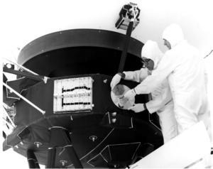 Guldskivan fästs i rymdsonden Voyager 1977. Foto: Nasa