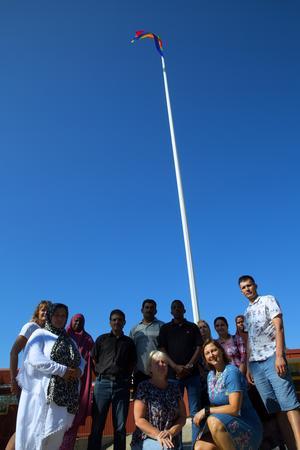 Prideflaggan hissades vid Turingeskolan. På plats var sommarskolan för vuxna,  Nybos vd Janette Jardefalk och Maria Salberg  från Socialdemokraterna.
