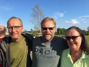 - Jag ska se monstertruckarna tillsammans med barnbarnen, säger Ove Hjalmarsson, i mitten, här tillsammans med Örjan Larsson och Biggan Bengtsdotter.