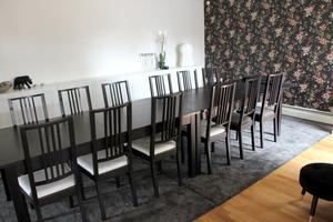 Långa matbordet är egentligen två bord som de har ställt ihop.