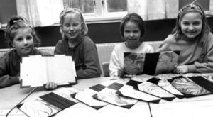 Jenny Ivarsson, Sandra Jakobsson, Måna Nordantjäl och Elin Hedlund med några av de bokpärmar som behövdes till Kövrabarnens årsbok 1991.