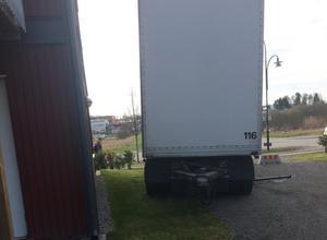 En skylt strök med när lastbilssläpet rullade ner för backen.