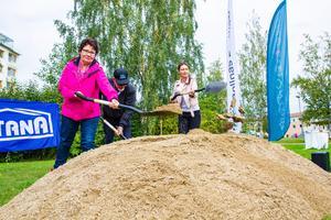 Ulf Nyrén tog det första spadtaget tillsammans med första vice ordförande Lena Sundh Berglund, och andra vice ordförande Madelene Selander.