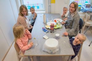 Mellis på Brittsbos förskola. Klara Tolf och Madeleine sitter i kommunens nyaste förskola med barnen Alessia, Agnes, Adrian och Malte.