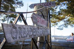 Vägen till Orbadens strand går över campingen.