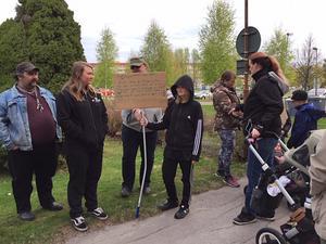Föräldrar, barn och andra Idkerbergsbor deltog  i demonstrationen.