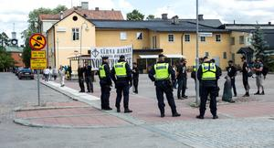 På lördagsförmiddagen genomfördes ett Pridetåg i Ludvika. Nazistiska Nordiska Motståndsrörelsen var på plats och misstänks nu för brott mot ordningslagen. Polisen på plats gjorde bedömningen att NMR höll en allmän sammankomst, vilket man inte hade tillstånd för.