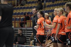 John Kvist såg sammanbiten ut på bänken stora delar av matchen mot IKSU som slutade 5-14.