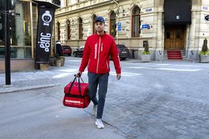 Jordan Benair fick jobb på Hungrig som bud. Han flyttade från Frankrike till flickvännen i Sverige.