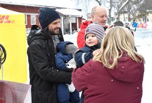 Tjejvasan, målgångPrinsessan Sofia glider i mål på tiden 3.31.14 och möts i målet av Prins Carl Philip och barnen.