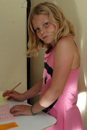 HEMLIGT. Amanda Hålldin i valbåset. Det var viktigt att bevara valhemligheten för den som ville.