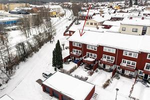 Stilfullt renoverat radhus med bra planlösning centralt beläget i Falun.  Rymlig balkong. Foto: Jona Granath.